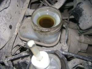Открытый бачок с тормозной жидкостью